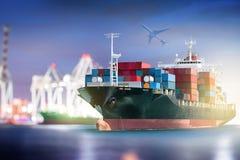 Le cargo de récipient avec des ports tendent le cou le pont dans le port et l'avion de charge pour logistique photo libre de droits