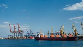 Le cargo est dans le port images libres de droits