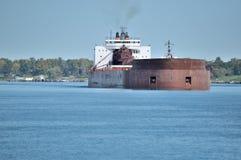 Le cargo se dirige en bas du fleuve pendant l'automne tôt Images stock