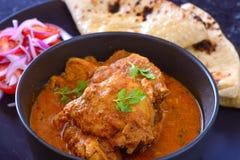 Le cari indien de repas-poulet a servi avec de la salade et le roti image stock