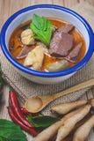 Le cari thaïlandais de vert de poulet sur le fond en bois et le vintage modifient la tonalité, Th Images stock