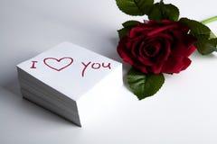 Le carnet avec l'inscription de marqueur je t'aime et s'est levé Photographie stock libre de droits
