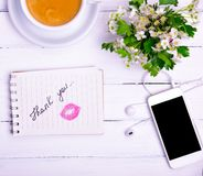Le carnet avec une inscription remercient vous et un baiser de lipst rouge Images libres de droits