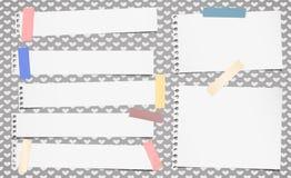 Le carnet blanc déchiré, papier de note a collé sur le modèle créé des formes de coeur Photo libre de droits