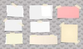 Le carnet blanc et coloré déchiré, papier de note a collé avec la bande collante beige sur le modèle créé des formes de coeur Image libre de droits