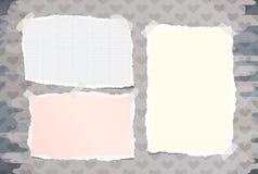 Le carnet coloré et blanc déchiré, papier de note commun a collé avec la bande collante sur le modèle créé des formes de coeur Photo stock