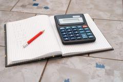 Le carnet dans les mathématiques avec handwriten l'exercice Images stock