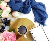 Le carnet de tasse de café de matin avec des fleurs et l'écharpe sur la copie espacent le fond blanc Images libres de droits