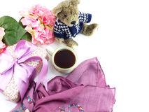 Le carnet de tasse de café de matin avec des fleurs et l'écharpe sur la copie espacent le fond blanc Photo libre de droits