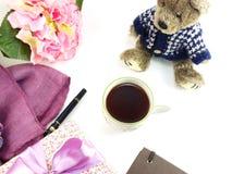Le carnet de tasse de café de matin avec des fleurs et l'écharpe sur la copie espacent le fond blanc Photo stock