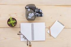 Le carnet est placé sur une table en bois Image stock