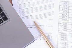 Le carnet et le stylo se trouvant sur des papiers d'affaires image libre de droits