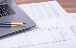 Le carnet et le stylo se trouvant sur des papiers d'affaires photos libres de droits