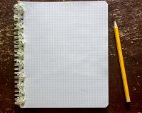 Le carnet a orné avec de petites fleurs blanches et un mensonge de crayon sur le Th Images libres de droits