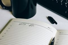 Le carnet ouvert sur la table à côté du clavier images libres de droits