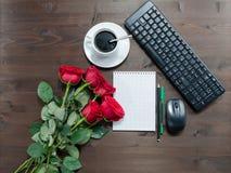 Le carnet parque la tasse de clavier de café et de roses rouges Photo stock