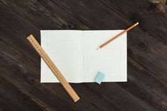 Le carnet se trouve horizontalement sur la table Photographie stock libre de droits