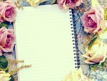 Le carnet vide avec le bouquet du vintage de fleur filtre le fond Photos stock