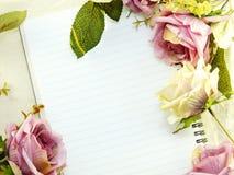 Le carnet vide avec le bouquet du vintage de fleur filtre le fond Image libre de droits