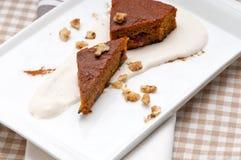 Le carote e le noci sane fresche agglutinano il dessert Fotografia Stock