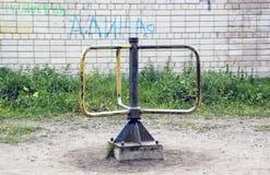 Le carrousel des vieux enfants en cour Images libres de droits