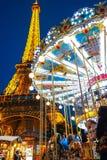 Le carrousel et les Frances de Paris de Tour Eiffel avec la nuit s'allument Photographie stock libre de droits