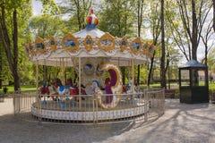 Le carrousel joyeux vont rond image libre de droits