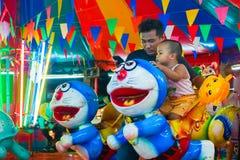 Le carrousel ou joyeux vont rond dans le style thaïlandais Photos libres de droits
