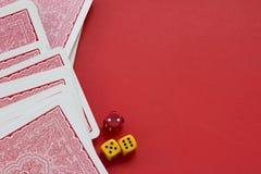 Le carte da gioco e taglia su fondo rosso Fotografia Stock