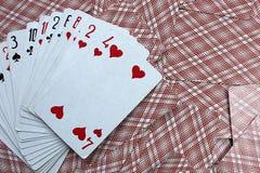 Le carte da gioco si trovano fan sulla tavola fotografia stock libera da diritti