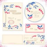 Le carte dell'invito di nozze e l'etichetta, nozze hanno messo con la bacca Fotografia Stock Libera da Diritti