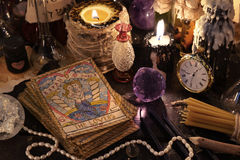 Le carte di tarocchi con il cristallo, le candele e gli oggetti di magia fotografie stock