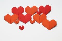 Le carte piegate a forma di cuore del biglietto di S. Valentino immagine stock libera da diritti