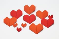 Le carte piegate a forma di cuore del biglietto di S. Valentino fotografia stock libera da diritti