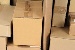 Le carton empilé enferme dans une boîte le module de poteau Images stock