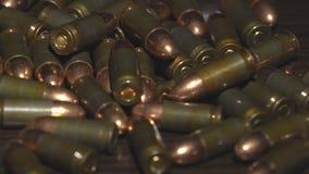 Le cartucce dalla pistola si trovano su una tavola video d archivio