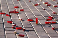 Le cartucce rosse di caccia rapina il primo piano come fondo immagine stock