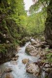 Le cascate attraverso le rocce grandi precipita a cascata giù Fotografia Stock Libera da Diritti