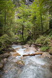 Le cascate attraverso le rocce grandi precipita a cascata giù Immagini Stock