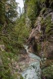 Le cascate attraverso le rocce grandi precipita a cascata giù Fotografie Stock Libere da Diritti
