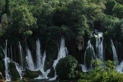 Le cascate di Kravice abbelliscono le montagne, in Bosnia e il Herzeg immagini stock
