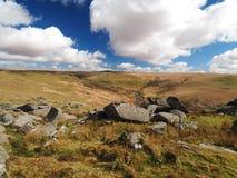 Le cascate di Tavy del fiume attraverso Tavy si fendono con le nuvole billowing, il parco nazionale di Dartmoor, Devon, Regno Uni fotografia stock libera da diritti