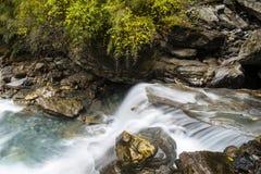Le cascate nella scogliera Immagini Stock Libere da Diritti