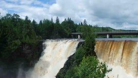 Le cascate potenti di kakabeka in Ontario del nord archivi video