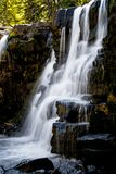 Le cascate si avvicinano alla collina crestata Colorado fotografia stock