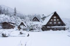 Le case antiche e la neve bianca è pesanti e coperto interamente Shirakawa-va il villaggio nel Giappone immagini stock