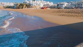 Le case bianche e l'oceano della vecchia città tirano nella città Albufeira del Portogallo video d archivio