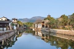 Le case cinesi bianche antiche hanno riflesso in un canale, Hengdian, Cina Fotografia Stock