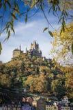 Le case in Cochem, Germania con il castello che tesse al di sopra Immagini Stock