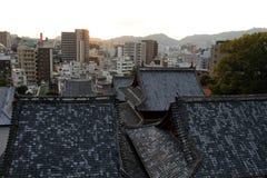 Le case d'impilamento intorno a Sofukuji durante il tramonto Immagine Stock